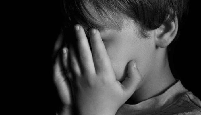 Омского школьника вернули матери, которая заставляла его часами стоять на гречке