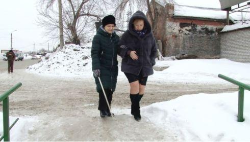 Как в Барнауле инвалиды по зрению справляются с заснеженными городскими улицами?