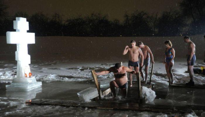 МЧС призвало россиян не купаться пьяными на Крещение