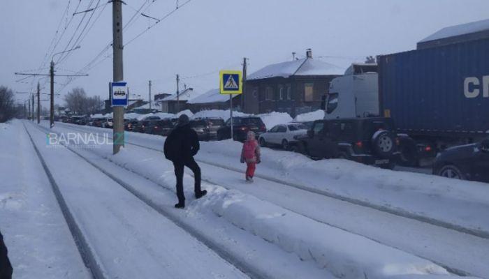 Сбили пешехода: огромная пробка собралась на Аванесова в Барнауле
