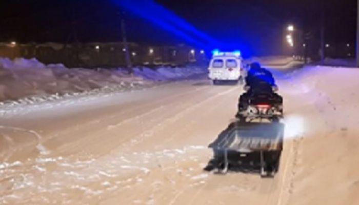 Спасатели на снегоходе доставили врачей к больному в заметенном селе на Алтае