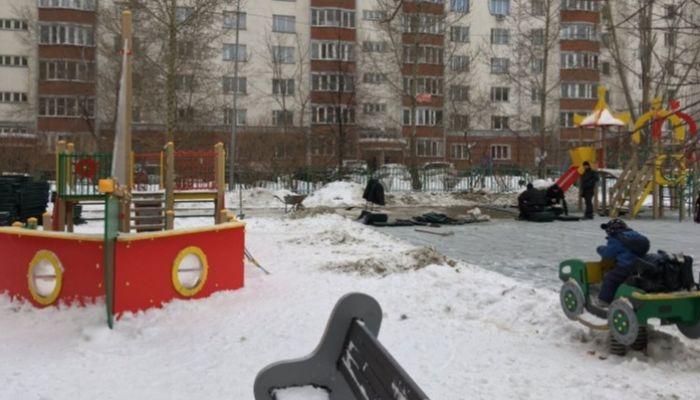 В Новосибирске детскую площадку установили на снег