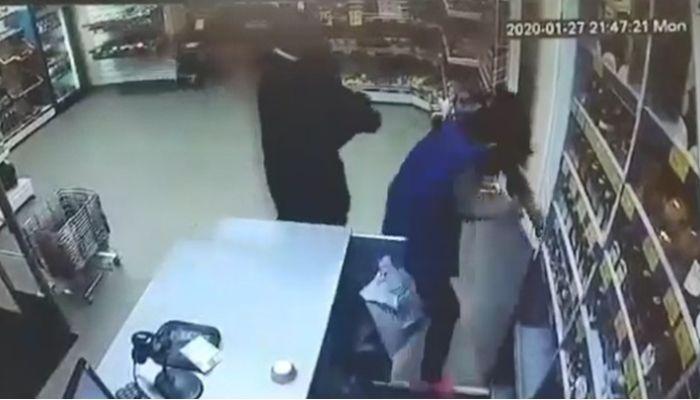 Житель Соликамска поджёг бывшую возлюбленную в магазине