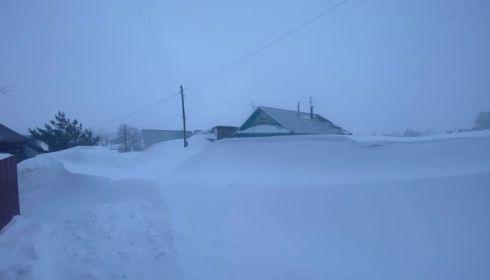 Это уже не смешно. Как простые жители Алтая борются со снежными заносами в буран
