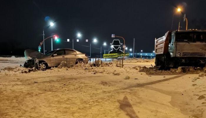 Грузовик вылетел на красный свет и разбил две машины на барнаульском перекрестке