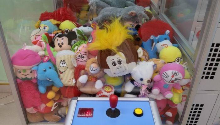 Мужчина взломал автомат с игрушками и раздал их детям в Кемеровской области