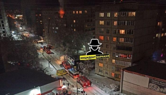В Барнауле открытым пламенем полыхала квартира многоэтажки