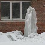 В Бийске глыба льда чуть не придавила коляску с младенцем