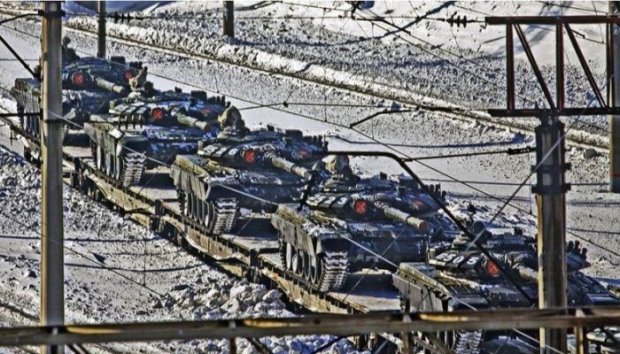 На видео сняли учения ракетчиков и зенитчиков на Алтае, на фото попали танки