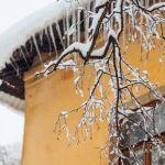 На женщину и ее маленького сына в Барнауле рухнула снежная лавина с крыши