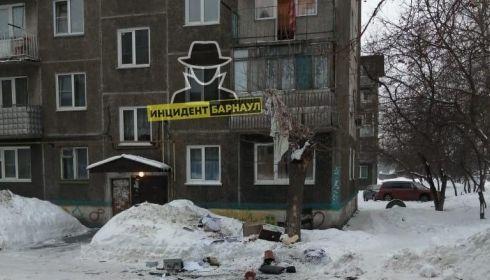 Бытовую технику и другие предметы сбрасывали в Барнауле с балкона во время ссоры