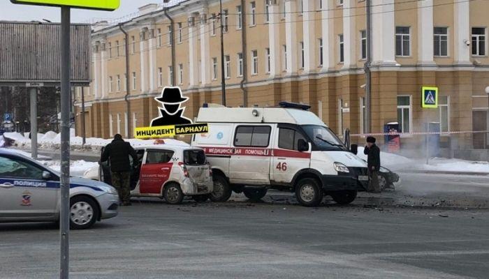 В центре Барнаула произошло ДТП с участием скорой помощи и трех автомобилей