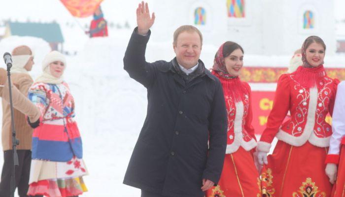 Губернатор Томенко спел хором Катюшу на проводах Масленицы