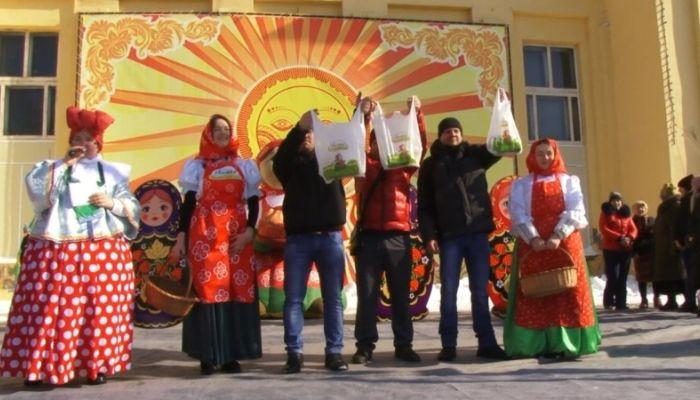 Скоморохи, блины, конкурсы и пляски: как в Барнауле прошла Масленица