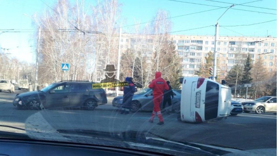 """Водитель был пьян: в полиции рассказали о ДТП с """"перевертышем"""" в Барнауле"""