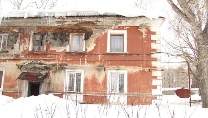 Коммунальный патруль: аварийный дом в Барнауле осыпается даже во время съемки