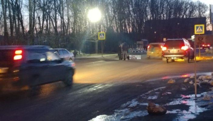 Женщину сбили на Новосиликатном в Барнауле