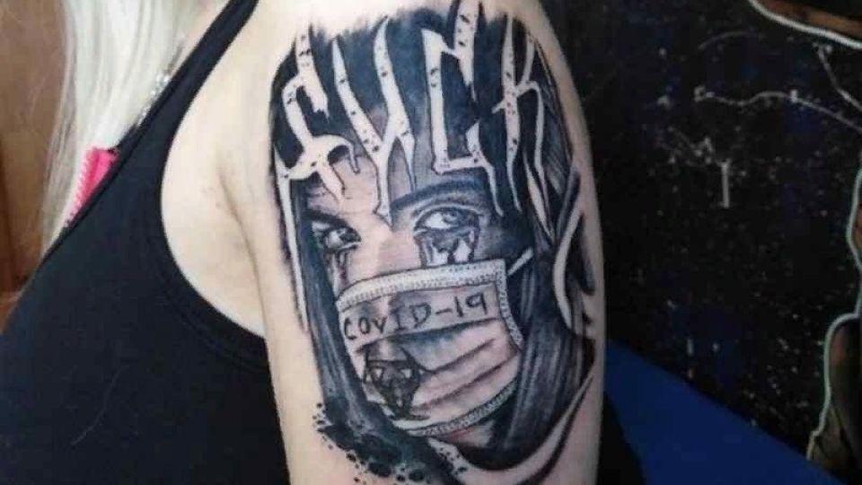 Сибирячка сделала татуировку с символом коронавируса