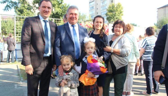Романенко рассказал, как пригодились внучкам планшеты на удаленке