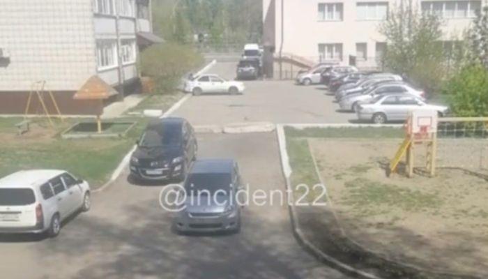 В барнаульском дворе водитель показала технику очень медленной парковки