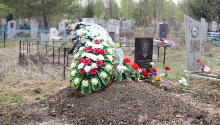 Про вирус думать не хотим: как прошел Родительский день на кладбище Барнаула