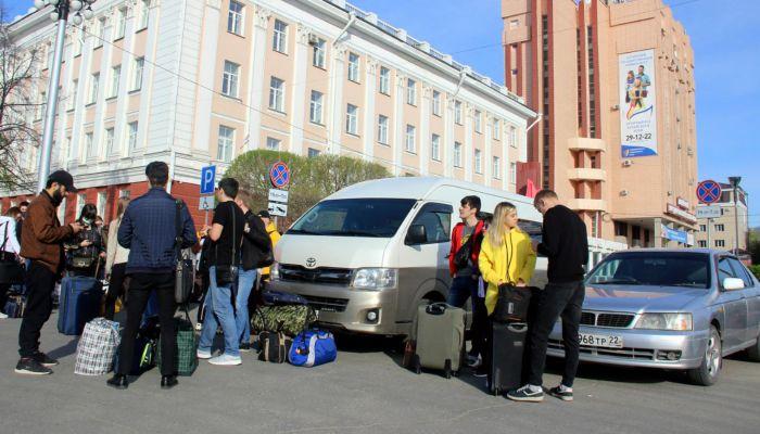 90 казахстанских студентов отправили из Барнаула на родину
