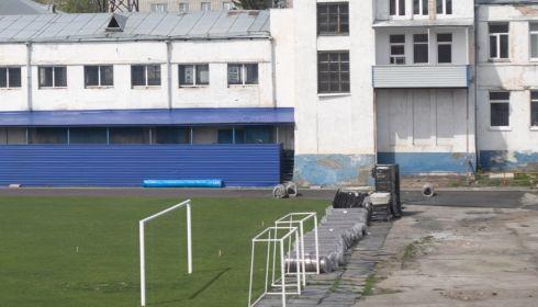 На барнаульском стадионе Динамо укладывают новые легкоатлетические дорожки