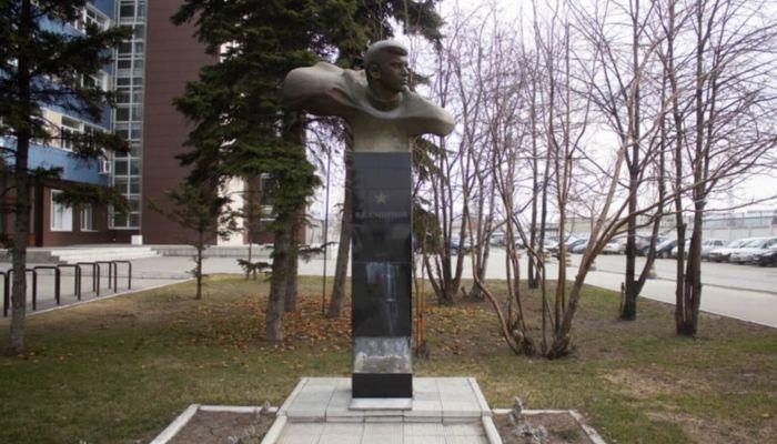 Кому из героев Великой Отечественной войны установлены бюсты на улицах Барнаула