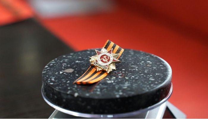 Барнаульский завод сделал тысячу памятных значков ко Дню Победы