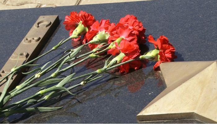 Барнаульцы возлагают цветы у Мемориала Славы на площади Победы