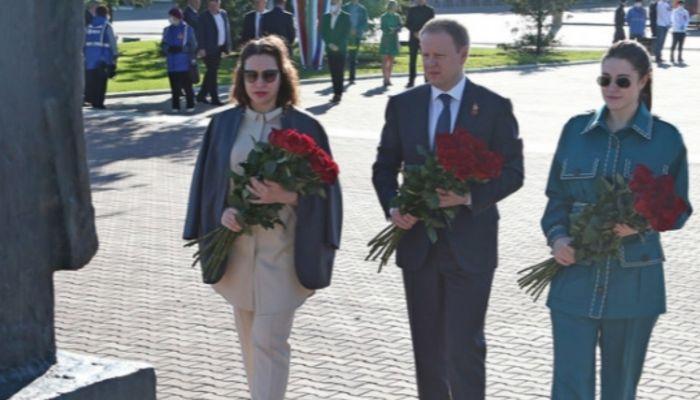 Краевые власти возложили цветы к Мемориалу Славы в Барнауле