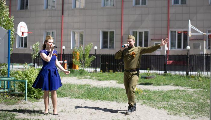 Как прошел мини-концерт для ветеранов войны во дворах Барнаула. Фоторепортаж
