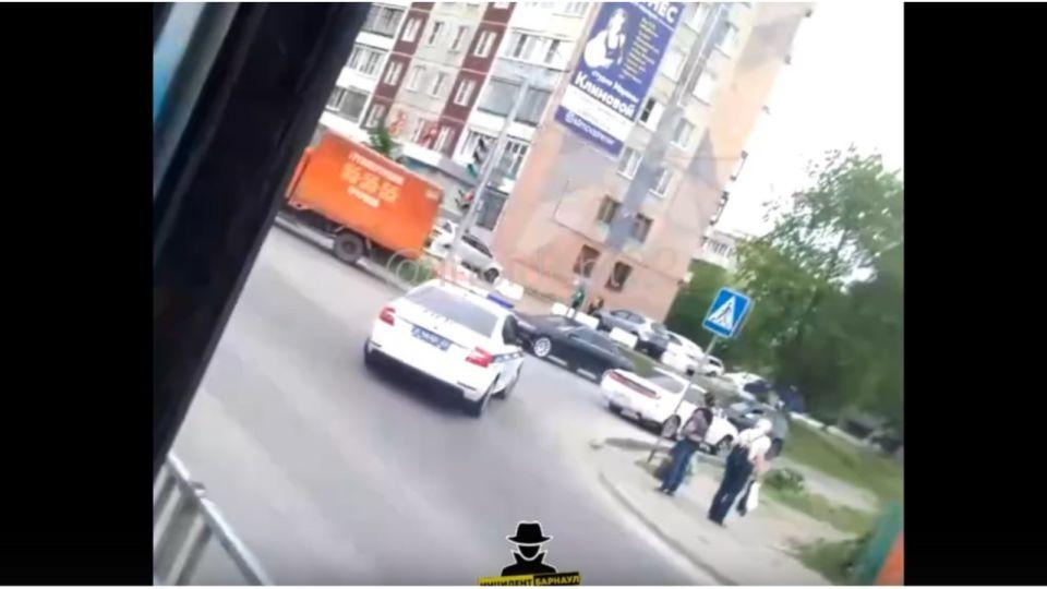 Полицейская погоня за белой Toyota в Барнауле попала на видео