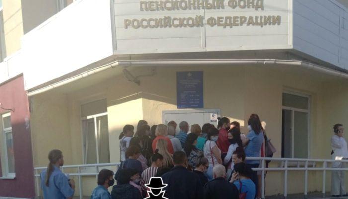 Барнаульцы штурмуют Пенсионный фонд, чтобы оформить детские пособия