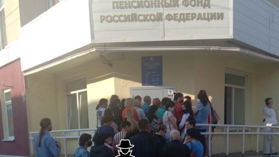 """Барнаульцы """"штурмуют"""" Пенсионный фонд, чтобы оформить детские пособия"""