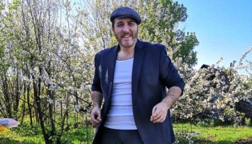 Спорткомментатор Михаил Меламед снял клип про самодеградацию
