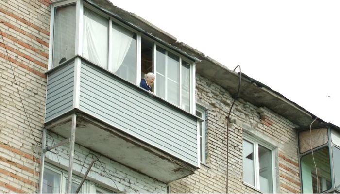 Пенсионерка и дитя войны в Новоалтайске годами живет в доме с протекающей крышей