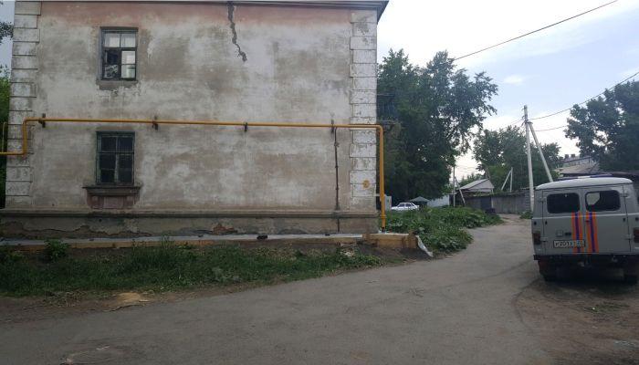 В ветхой барнаульской двухэтажке обрушился потолок во время ремонта