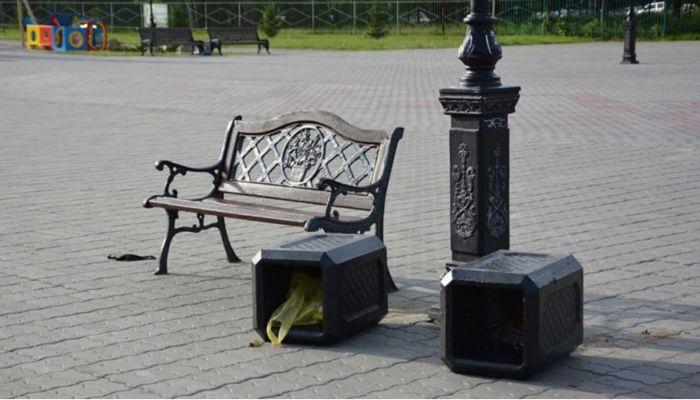 Вырвали подсветку фонтана, сломали скамейки: в Барнауле разгромили площадь Мира