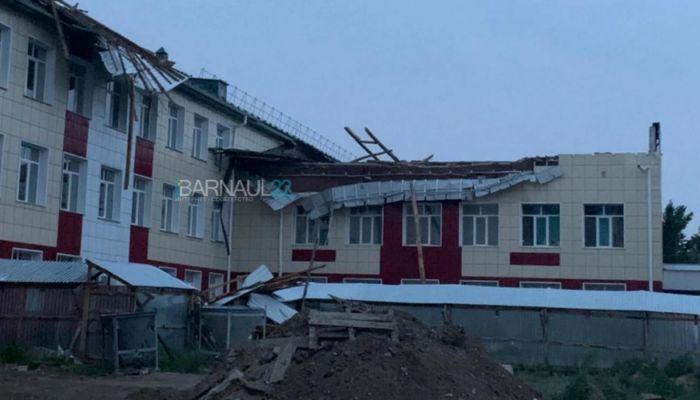 Сильный ветер сорвал новую крышу со здания школы в Ключевском районе