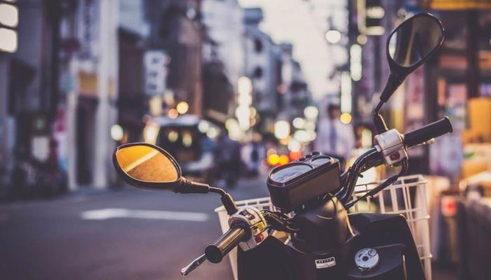 Мотоциклист с ветерком катает резиновую женщину по Барнаулу