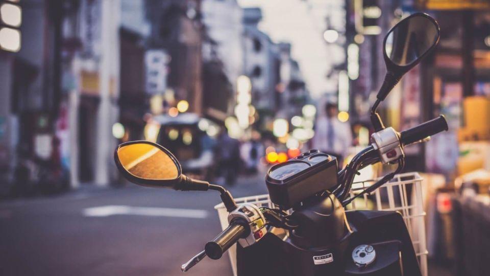 """Мотоциклист """"с ветерком"""" катает резиновую женщину по Барнаулу"""