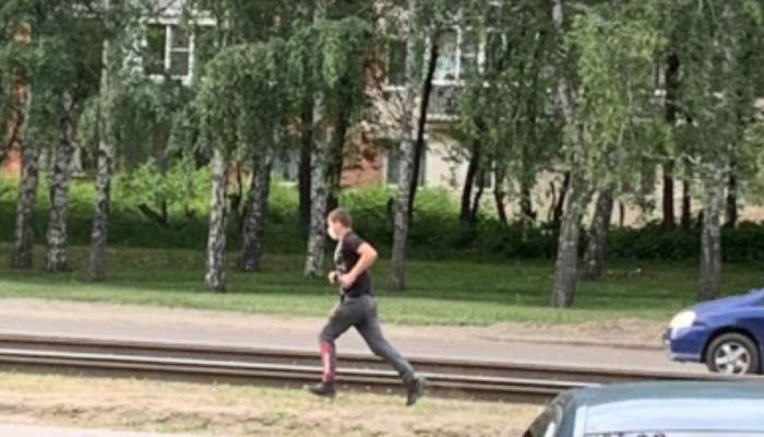 Розыск: в Барнауле молодой парень сорвал с 70-летней бабушки золотое украшение