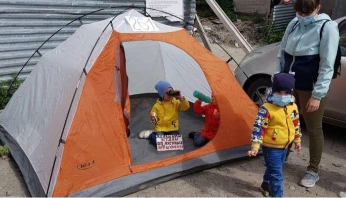 Устали от пустых обещаний: дольщики барнаульского долгостроя вышли на пикет
