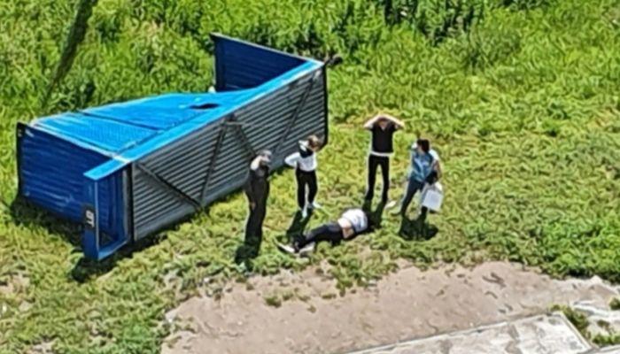 В Новосибирске остановка упала на мужчину из-за сильного ветра