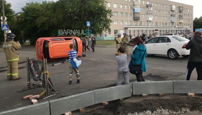 Оранжевый автомобиль перевернулся на дороге в поселке Южном