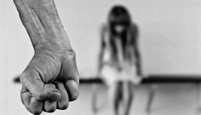 Житель Заринска избивал электрическим шнуром 14-летнюю дочь