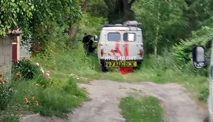 На берегу реки в Алтайском крае обнаружили труп мужчины