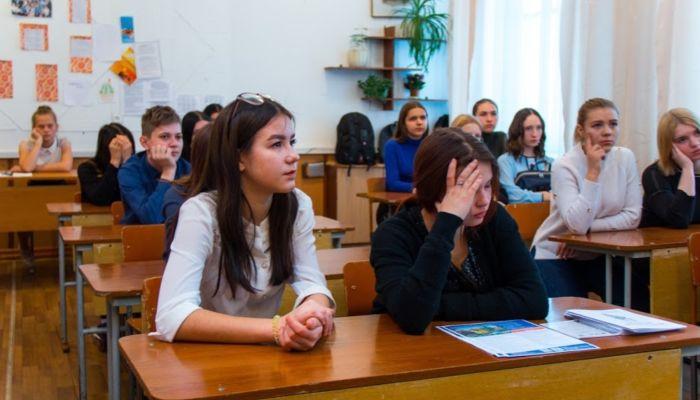 Министр образования рассказал, когда алтайские школьники получат аттестаты