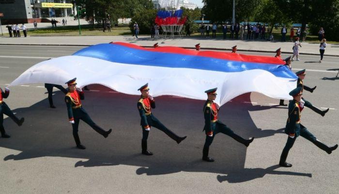 Виктор Томенко принял участие в торжественной церемонии поднятия флага России